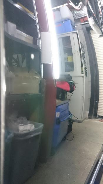 いつもの様にドアガラスの隙間よりツールを差し込み修理しますが 今回は凹みの打点部分に塗装の剥がれを伴う傷が有りますので 傷を広げない様いつも以上に注意して作業します