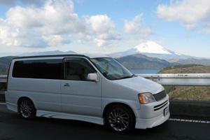 デントリペア神奈川店の営業車と富士山